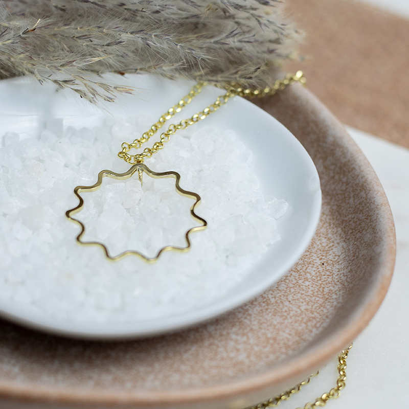 Rippled Pendant With Chain
